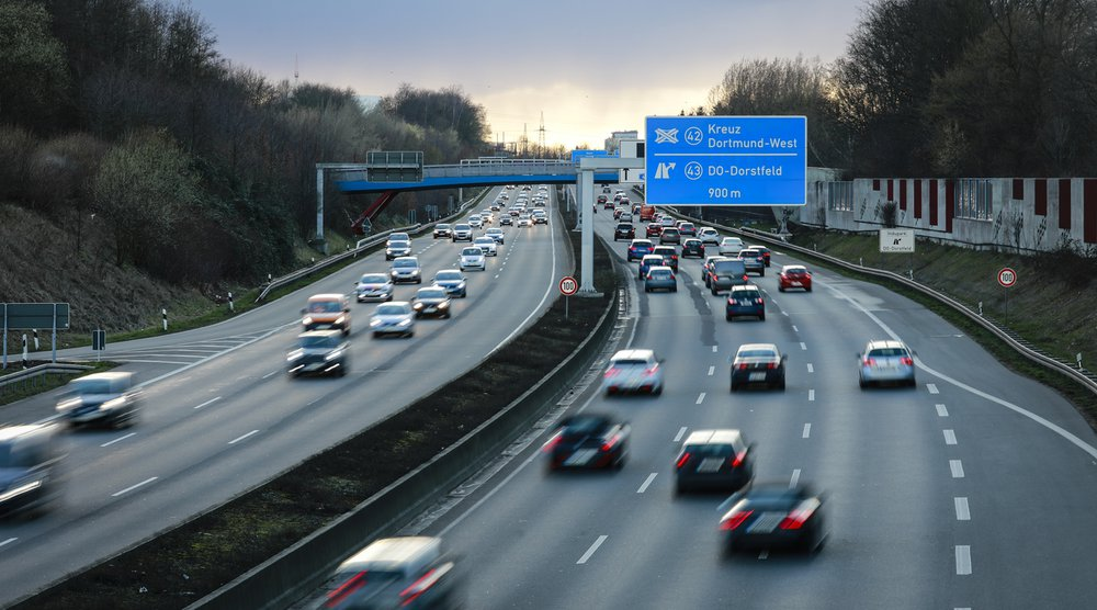 Rush hour on the roads: passenger cars cause average external environmental, accident and congestion costs of 12 euro cents per person kilometre (Photo: Keystone-SDA).
